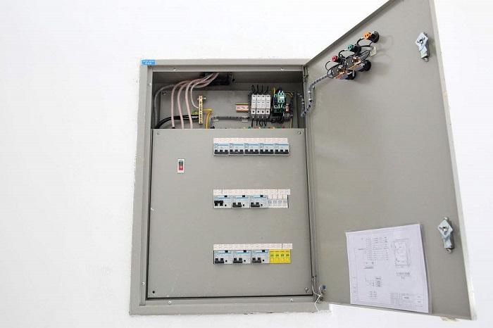 2,触电危险性小的生产场所和办公室,可安装开启式的配电板; 3,在触电图片
